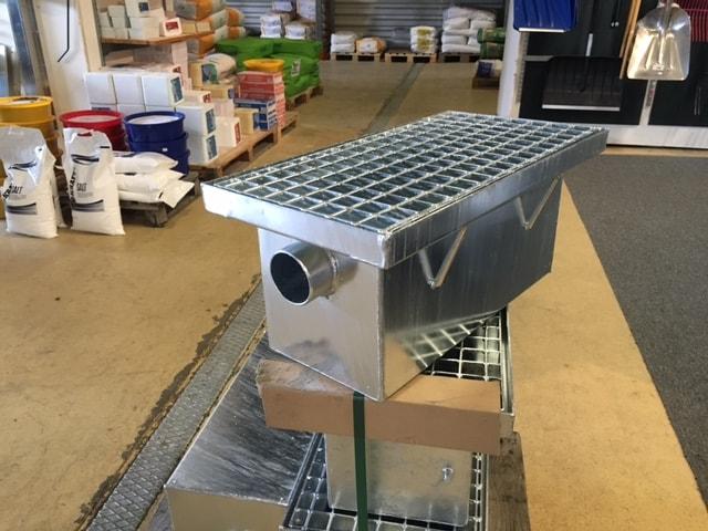 varmförzinkat stål Borttagbart galler av kraftig stålkonstruktion för häst Gallerdurk (synlig) L= 60 cm B= 32 cm Avlopp 70 mm